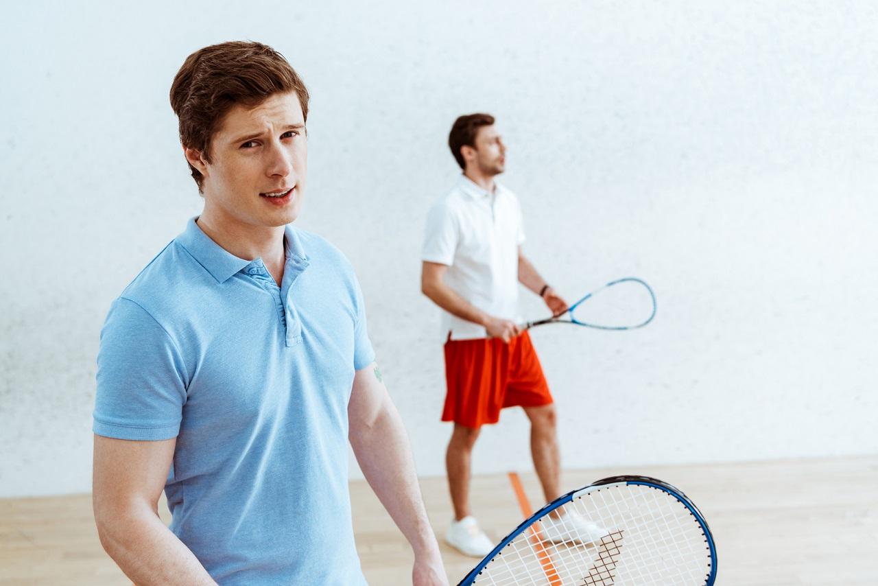 gracze squasha w koszulkach polo